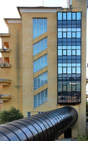 transformed: Antiguo edificio transformado con algunas estructuras modernas