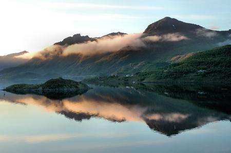 reflexion: Reflexi�n de las monta�as en el agua de un fiordo Foto de archivo