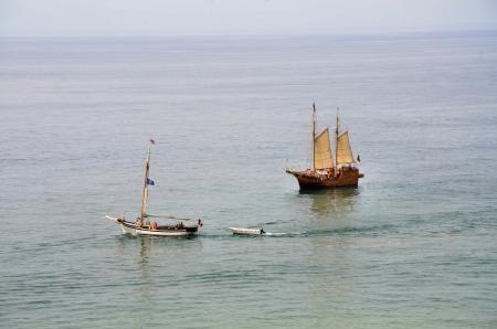 caravelle: Portugais caravelle et un autre voilier sur la c�te de l'Algarve