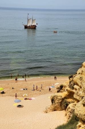 caravelle: Portugais caravelle voile � proximit� d'une plage de l'Algarve