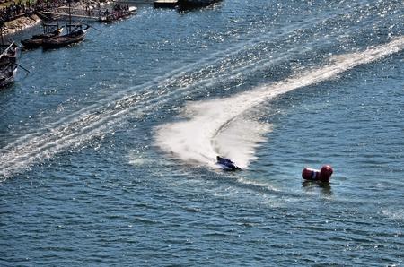 bateau de course: Course de bateaux dans le fleuve Douro, pr�s de la ville de Porto