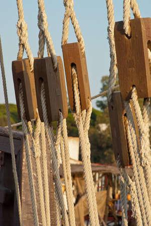poleas: cuerdas y poleas de un viejo barco Foto de archivo