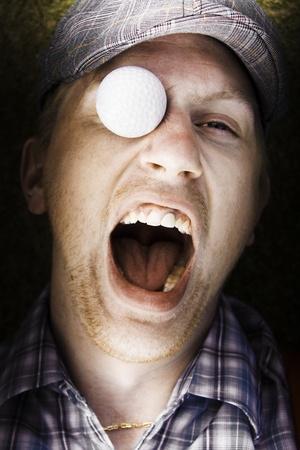 Gritando golfista Gritos de dolor y siente dolor despu�s de hacer frente una pelota de golf que vuelan a la cabeza en un concepto de lesiones deportivas divertido photo