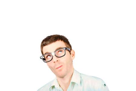 hombre pensando: Cabeza de un hombre de negocios pensando en gafas nerd mirando hacia arriba a copyspace en blanco con buena idea Foto de archivo