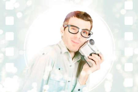 cinta pelicula: Feliz sonriente productor de cine visual sostiene grabadora de vídeo en el fondo cineasta. Hacer películas de bajo presupuesto