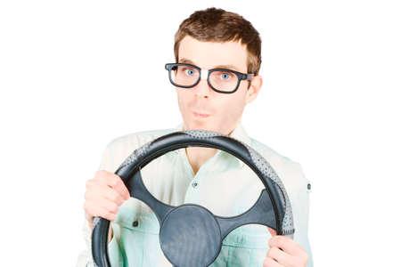 geek: Aislado retrato de una rueda de retención de conductor de dirección masculina nervioso y ansioso sobre fondo blanco