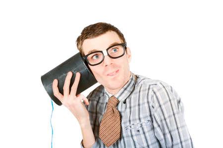 diligente: Oficinista administraci�n diligente escuchar esta�o puede llamar por tel�fono con una atenci�n al detalle astuto. El personal del centro de llamadas divertido en el fondo blanco Foto de archivo
