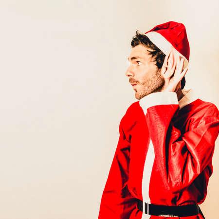 uomo rosso: Retro foto di un po 'della Santa ascolto intensamente con drizzato le orecchie agli ordini di Natale Archivio Fotografico