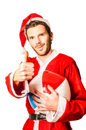 uomo rosso: Su bianco ritratto di un uomo estate in costume da Babbo Natale con un pollice alzato a natale festa mentre si tiene un pallone da spiaggia. Natale in Australia