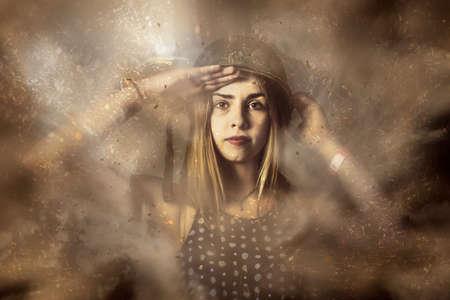 soldado: Foto de la bella arte militar de un modelo de la muchacha soldado duro y fuerte hermosa saludando cuando guarda un fuerte explosivo en aerosoles de metralla de polvo y el smog. Lucha listo