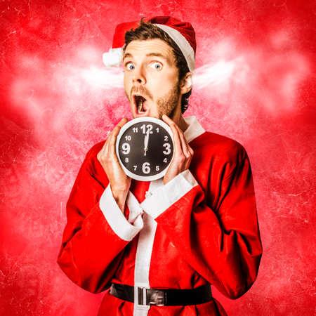 duendes de navidad: Navidad divertido concepto de una de santa sorprendido en una expresión de estrés loca mientras mantiene tictac del reloj de tiempo. Navidad loca carrera