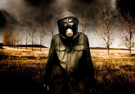 mascara de gas: Militar ruso de combate se colocan en un campo de otoño Muerto Como contaminados venenosas aire cae del cielo durante una incursión de banda de la bomba de aire Foto de archivo