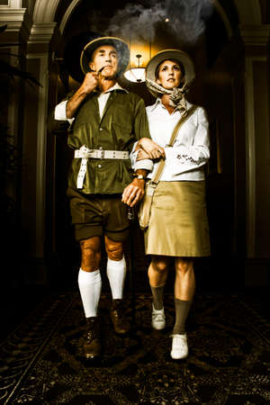 médula: Pareja romántica de exploradores misioneros ideológicas vendimia caminando cogidos del brazo por un antiguo pasaje hotel en Africa mirando a los cielos con determinadas expresiones radiantes Foto de archivo