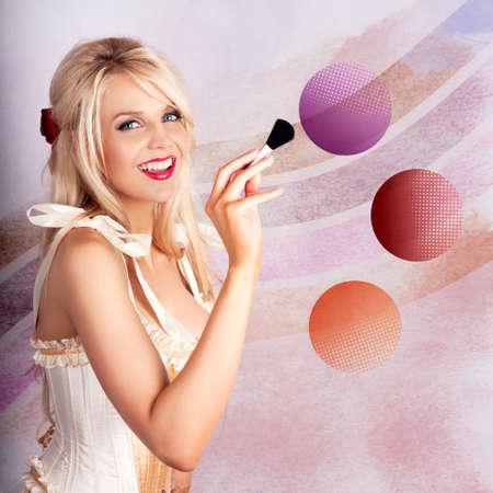 paleta de pintor: Retrato creativo de una bella rubia de maquillaje Mujer que usa Rouge Brocha Rubor En colorida Paleta Maquillaje