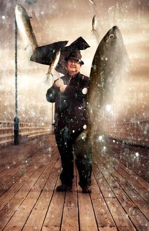 raining: La fotografía creativa e inspiradora de un Jubilado de edad Situación masculina en un embarcadero de madera mientras que la vida marina caen del cielo lloviendo en una representación de la Abundancia