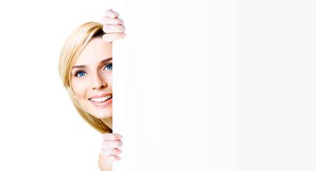 letreros: Retrato de una feliz mujer de negocios joven sonriendo mientras sostiene un fondo blanco en cartelera más de blanco