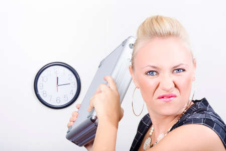 mujer fea: Fuus negocios amenazando con lanzar una caja de la computadora portátil en el lugar de trabajo Foto de archivo