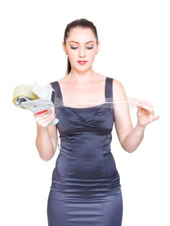 cerrando negocio: Metáfora para el cierre, boxeo y embalaje hasta un negocio con una señora que sostiene Dispensador de cinta y socios Sobre para sellar el trato, aislados en espacio de la copia en blanco