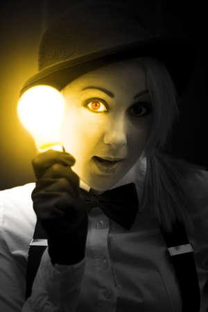 iluminados: Emocionado e ilustrado Una mujer ilumina la La oscuridad Mientras que sostiene una bombilla Para su cara con una idea innovadora Clever