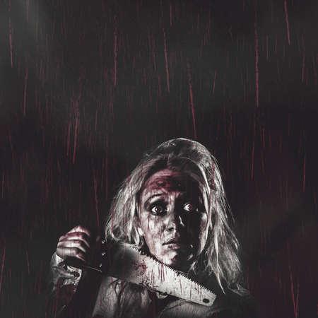 Cartel de terror oscuro de la vendimia con el copyspace cabecera de un mal zombi muerto niña de la mano manchada de sangre vio en la lluvia que cae rojo. Terrores nocturnos