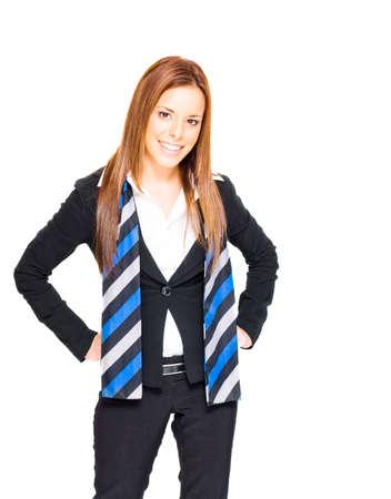 Überzeugte herrliche Brunette-Geschäftsfrau, die einen blauen gestreiften Schal und ein Berufslächeln in einem erfolgreichen Geschäfts-und Job-Vertrauens-Konzept auf Weiß gestaltet