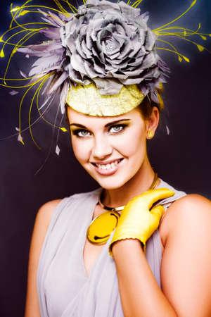 carnaval: Moda y magn�fico modelo femenina joven Wearing Flor Sombreros, Guantes Y Elegante Vestido Posando En Un Carnaval de Primavera Festival de Caballos