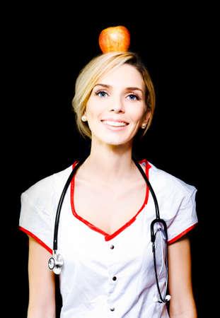 alimentacion balanceada: Enfermera rubia bastante demuestra el concepto de una dieta sana y equilibrada