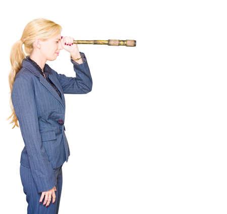 mujer mirando el horizonte: Side en el perfil de una mujer de negocios profesional Buscar en la distante horizonte con un telescopio en una cacería de Visión Crecimiento dirección y el futuro de negocios