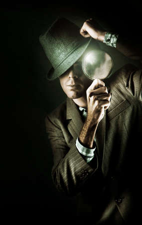 escena del crimen: Oscuro Estudio de misterio que desgastan del hombre de negocios retro de la manera al examinar una pista de pruebas a trav�s de un vidrio con los ojos En un esp�a encubierto Concept