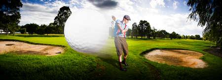 golf  ball: Deporte Panorama De Un Golfista del vintage Golpear A mediados de aire Flying Pelota De Golf En Un Golf verde en una representación de velocidad y Top Flight Foto de archivo