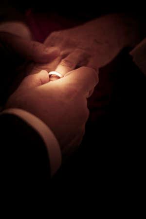 anillos boda: Las manos de la novia y el novio intercambiar los anillos de boda en una ceremonia de matrimonio
