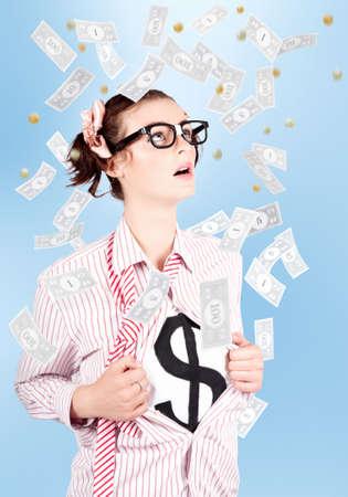 ganancias: Superhero Empresaria Mostrando muestra de dólar símbolo Debajo de una lluvia de dinero que cae