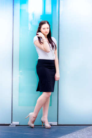 abriendo puerta: Atractiva mujer de negocios en la apertura de una puerta de la oficina llamando al frío en las calles de la ciudad en un allanando el camino para la carrera y el reclutamiento de Oportunidades conceptuales