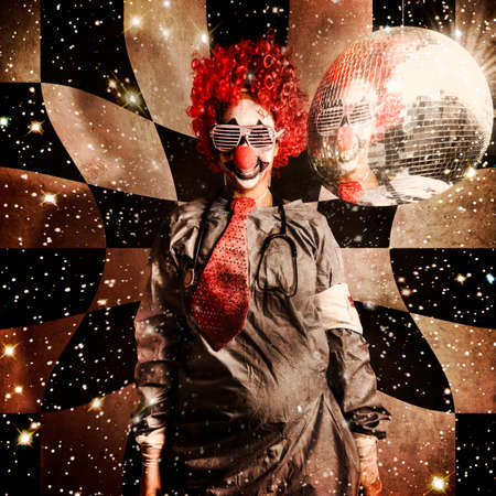 payaso: Payaso loco baile del disco en un viaje psicodélico de la distorsión, delirante por debajo de una bola de espejos que gira en tonos retro. Dr. DJ Foto de archivo