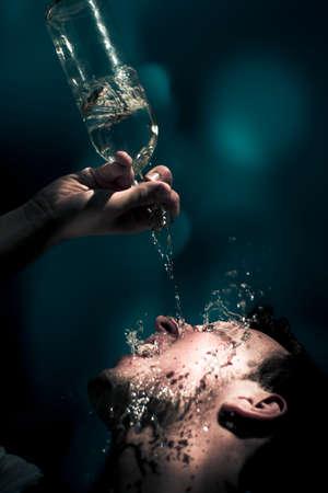 refrescar: Agua descendente Movimiento Acción Capturar en la cara húmeda de una sediento Hombre Necesitando un verano fresco Abajo Bebida, calmar la sed H20 Agua