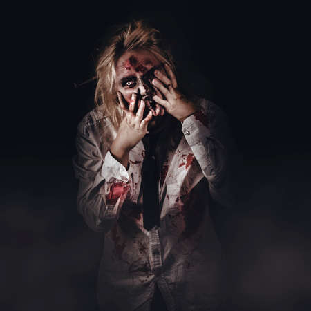 visage: Portrait sombre de Halloween effrayant mauvais zombie marche à travers la brume cimetière la nuit