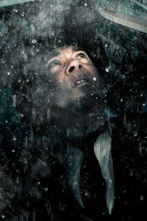 uomo sotto la pioggia: Preoccupato, di paura e spaventato Business Man si nasconde sotto un giornale dalla pioggia di versamento in una rappresentazione di Bad News, Problemi, e la sfortuna Archivio Fotografico