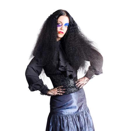 edad media: Mujer en edades medias de vestir con el pelo largo y la cara oscura Curley bufón de maquillaje, fondo blanco