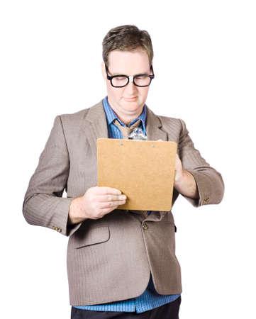 revisando documentos: El hombre de negocios que repasan documentos en el sujetapapeles sobre el fondo blanco