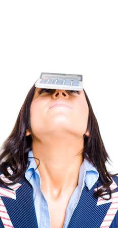 perdidas y ganancias: Retrato del estudio de una cuenta Mantener la mujer de negocios de equilibrio de una calculadora en la cabeza en una p�rdida de impuestos cuentas de beneficios y conceptos de equilibrio Titulado Finanzas Cuentas
