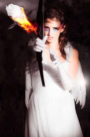 femme brune sexy: Art Design R�sum� de Cupidon Le Love Angel Tir �teindre un feu Rose-cat�gorie Avec son arc mettre le feu Yearning Au Coeur Sur La Proie, Fond noir