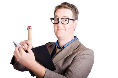 empleado de oficina: Smart Office masculina asesor personal escribir enorme calendario de eventos dentro diario de trabajo. Organizador de eventos