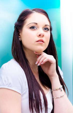 belle brune: Gros plan sur le visage de A Beautiful Brunette Business Woman Thinking Pondering Et délibérant d'affaires Décisions au travail dans un emplacement de bureau moderne