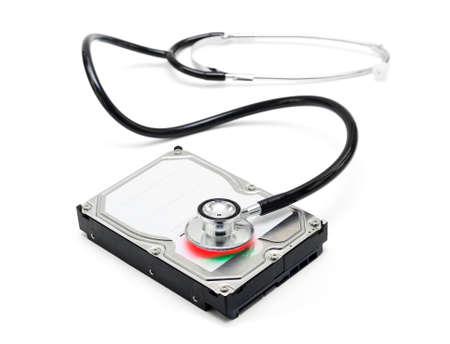 disco duro: Representación de la reparación de computadoras y de recuperación de datos de escaneo digital con un estetoscopio para la información perdida en un disco en el disco duro aislado en el fondo blanco