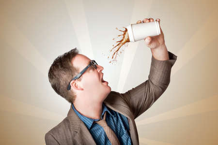 refrescar: hombre de negocios del empollón peculiar en medio de un toque de café y el guión. café rápido en el camino