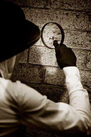 conclusion: Detective Retro Private Eye en busca de pistas mediante la investigación de un presunto Crime Scene Pared Con Una Lupa - Looking Glass