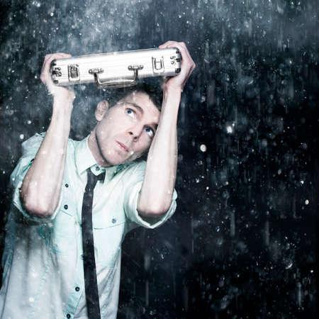 uomo sotto la pioggia: Preoccupato Persone d'affari nasconde sotto una Cartella di lavoro Mentre On The Run dalle intemperie una rappresentazione di affari Lotta