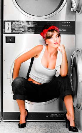 lavando ropa: Soñando Señora de la limpieza se sienta en una lavadora Pensando En preguntarse acerca de la visión de un futuro más brillante grande porque ella es una señora de limpieza con un sueño