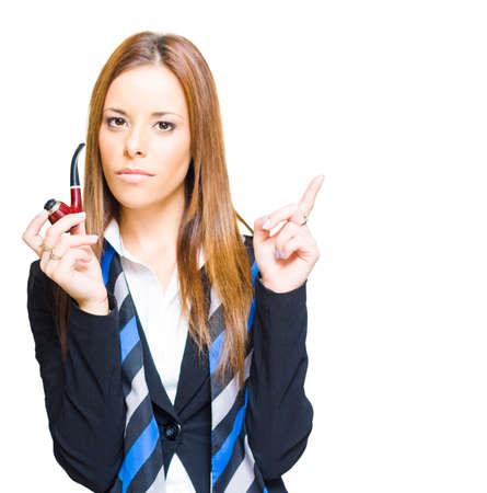 person smoking: Ingenioso e inventivo Personas de negocios pipa Obtener una visi�n de innovaci�n inspiraci�n y el pensamiento creativo Mientras que apuntar hacia arriba al espacio en blanco de copia, En Blanco Foto de archivo