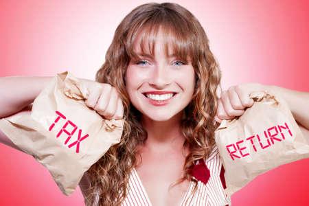 impuestos: Studio foto de una mujer sonriente feliz con el papel marrón Bolsas rellena con el dinero en un impuesto sobre la renta de Contabilidad Concepto Retorno